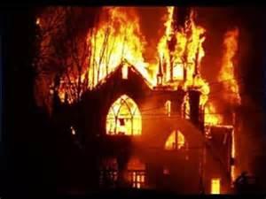 Una chiesa in fiamme in India