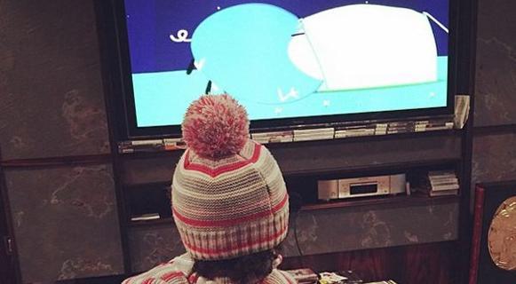 """Mario Balotelli papà modello: guarda """"Peppa Pig"""" con la piccola Pia"""