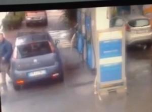 La  Spezia, auto senza freno a mano dal benzinaio finisce in strada