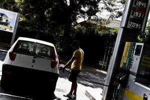 Benzina, prezzi ancora in calo. Eni taglia di 2 cent al litro
