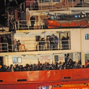 """Trafficanti di profughi su Facebook e al telefono: """"6mila euro, tutti i comfort"""""""