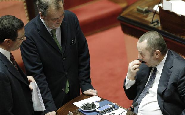 Roberto Calderoli, scherzo al Senato: carbone vero al posto di quello di zucchero FOTO