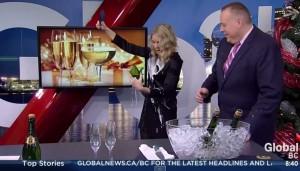 Apre spumante con coltello da cucina in diretta tv: la bottiglia si rompe