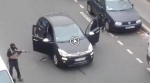Parigi al fronte del terrore e del lutto: bersaglio scuole, ogni famiglia trema