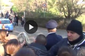 """Pino Daniele, Massimo D'Alema contestato alla camera ardente: """"Se entra lui entriamo tutti"""""""