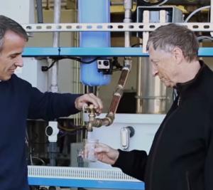 Acqua prodotta da feci umane, e Bill Gates la beve per provarla VIDEO