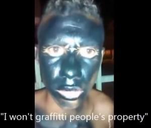 VIDEO YouTube. Brasile, poliziotto sorprende writer e li ricopre di vernice