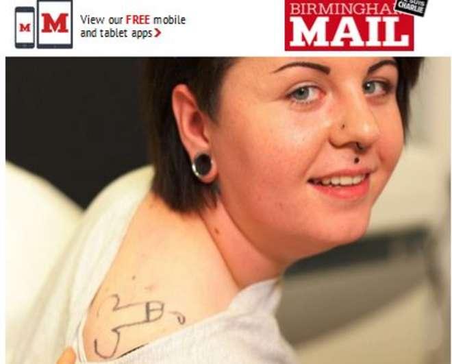 Holly Aston va a una festa e si ubriaca: si risveglia con pene tatuato su spalla