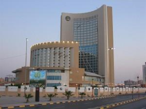 Isis in Libia, assalto a un hotel di Tripoli: 3 morti. Presi ostaggi