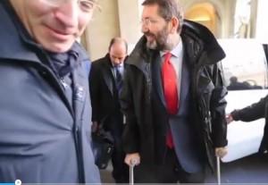 """Ignazio Marino con stampelle: """"Non ci sono gufi, sono caduto sulla neve"""" VIDEO"""