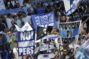Roma-Lazio: aggredito tifoso dopo il derby, cariche fuori stadio