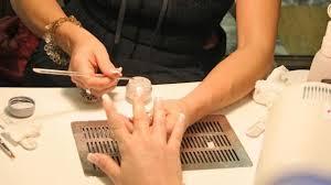 Invasioni manicure cinesi: 12 euro mani, 23 euro piedi