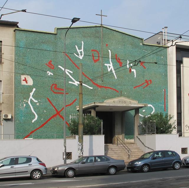 Milano, Bros regala facciata nuova a don Grampa. Ma i fedeli fanno rimuovere il murales