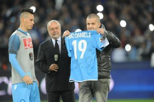 Pino Daniele ricordato prima di Napoli-Juventus FOTO: Napul'e' nuovo inno?