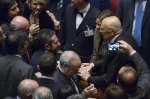 """Giorgio Napolitano vota: in Aula applausi, fischi e """"buh"""""""