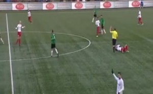 Olanda, arbitro alza il braccio e rompe il naso al centrocampista