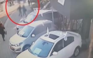 VIDEO YouTube Attentatore palestinese in fuga accoltella passante alle spalle