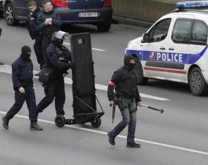 Parigi sotto i raid del terrore, doppio assedio ai killer: ostaggi e vittime (foto Ansa)