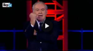 """VIDEO Servizio Pubblico, Santoro: """"Renzi come Alberto Sordi"""" e fa gesto dell'ombrello"""