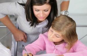 Compiti, due genitori su tre aiutano i figli: ma così i ragazzi imparano meno