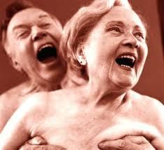Sexting, anche i nonni lo fanno: 1 su 4 si scambia foto e messaggi hot