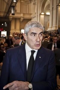 """Pier Ferdinando Casini esce dal bagno del Senato: """"Non sono stato io""""..."""