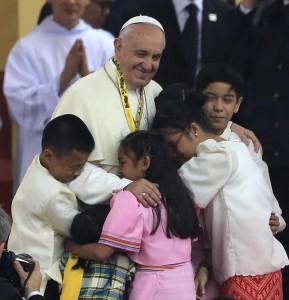 """Papa Francesco: """"Impariamo a piangere davanti a un bambino abusato"""""""