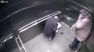 Usa, poliziotto maneggia pistola di ordinanza e si spara in ascensore VIDEO