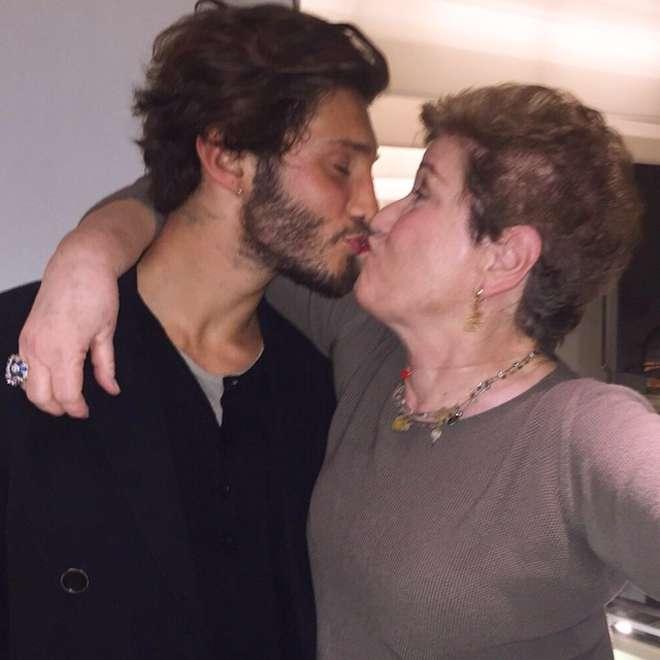 Stefano De Martino, bacio in bocca a Mara Maionchi FOTO