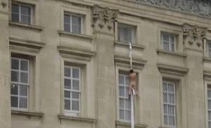VIDEO YouTube, uomo nudo si cala con lenzuolo da Buckingham Palace