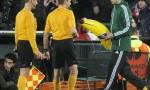 Feyenoord-Roma, lancio di oggetti dei tifosi dagli spalti FOTO