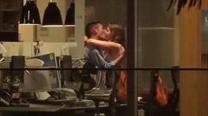 Sesso in ufficio con luce accesa: moglie del boss scopre tradimento su Facebook