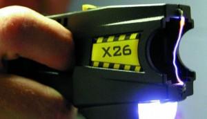 Interviene con taser per sventare rapina: accusato di possesso illegale di armi
