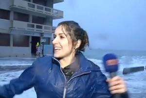 Francia, presentatrice meteo travolta dall'onda in diretta tv