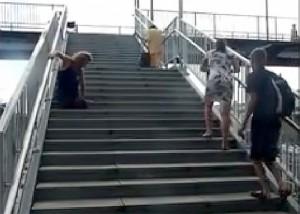 Australia, uomo senza gambe costretto a salire le scale strisciando