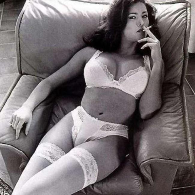 Emanuela Arcuri: biancheria intima di pizzo, autoreggenti e sigaretta su Instagram
