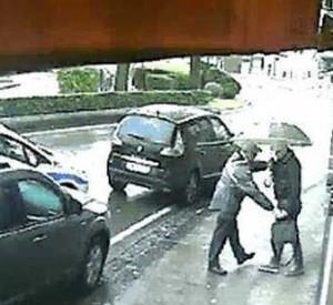 Napoli, ladro bagagli arrestato a Capodichino: apriva auto disattivando chiusura porte VIDEO