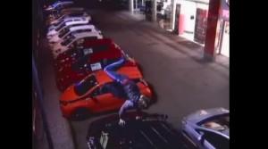 Gb, bambino 7 anni salta nel garage su auto