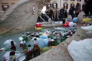 Barcaccia di Piazza di Spagna devastata: olandesi in carcere finché non ripagano i danni