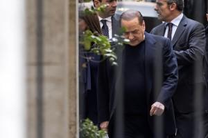 """Berlusconi insiste: """"Torniamo all'opposizione, questa è democrazia a metà"""""""