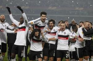 L'esultanza dei tifosi del Besiktas al termine della partita (foto Lapresse)