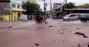 moto affonda in una buca stradale piena di acqua e fango