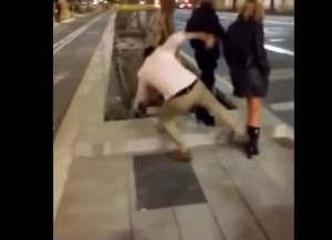 VIDEO YouTube - Calcio a ragazza e le rompe gamba: nuovo Knockout game