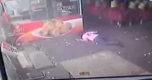 VIDEO YouTube: prova a dare un calcio al cane, lo manca e finisce a terra