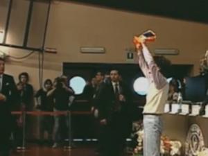 Torino, studente prova a consegnare cappello da giullare a Renzi
