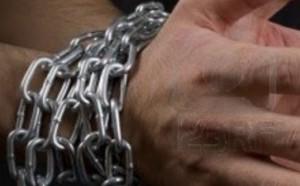 Sesso bondage tragico: catena al collo, muore soffocato nella doccia