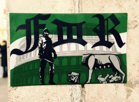 Roma-Feyenoord, lupa romana decapitata: adesivo dei tifosi olandesi FOTO