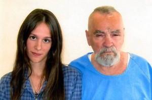 Charles Manson sposa in carcere Elaine Burton: fidanzata-fan di 26 anni