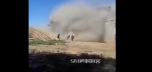 Cina, escavatore colpisce palazzo: operai fuggono impauriti