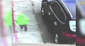 Cina: bambino di 3 anni cade dal secondo piano, si rialza e si allontana VIDEO